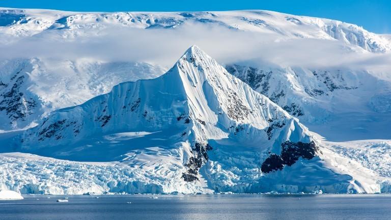 Ein Bild der Antarktis mit Schnee und Meer