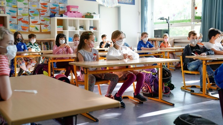 Erstklässler in einer Schule in NRW mit Masken
