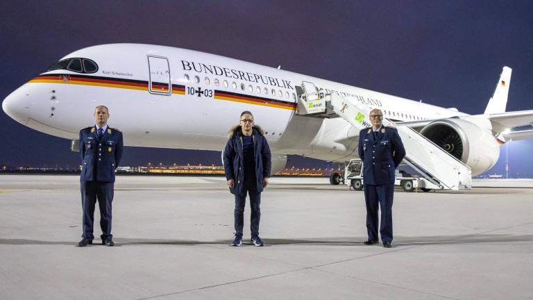 """Jungfernflug des Airbusses """"Kurt Schumacher"""" am 10.01.2021 vom Flughafen BER mit Bundesaussenminister Heiko Maas, SPD, der nach Kairo fliegt. Kommandeur der Flugbereitschaft Oberst Daniel Drake (L) und Oberstleutnant Achim Hauck (R), Piloten der neuen Regierungsmaschine."""