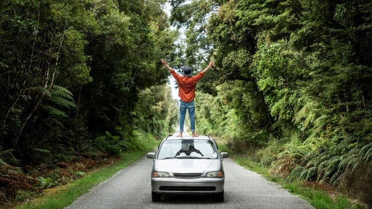Junger Mann auf Auto