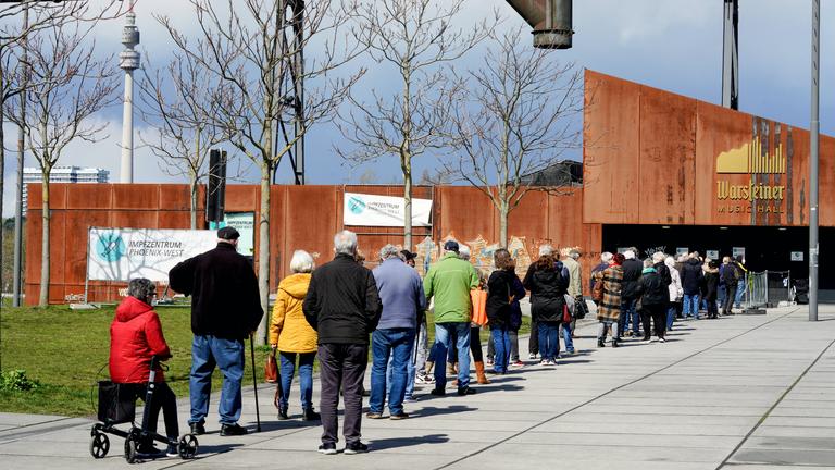 Warteschlange vor dem Impfzentrum in Dortmund, 12.4.2021
