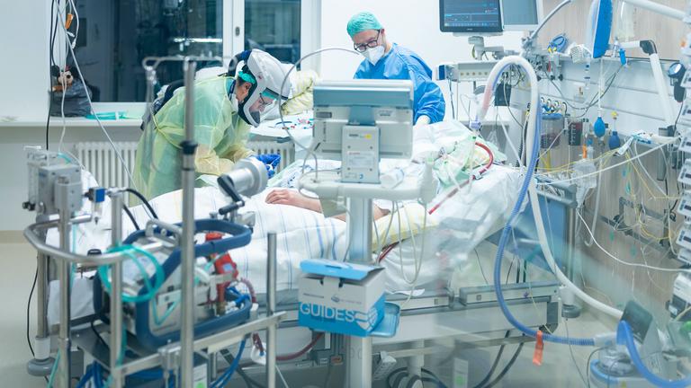 Zwei Ärzte im Uniklinikum Dresden kümmern sich um einen schwer erkrankten Covid19-Patienten, 19.1.2021