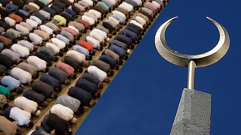 Bildmontage: Links betende Muslime, rechts ein nach oben geöffneter Halbmond.