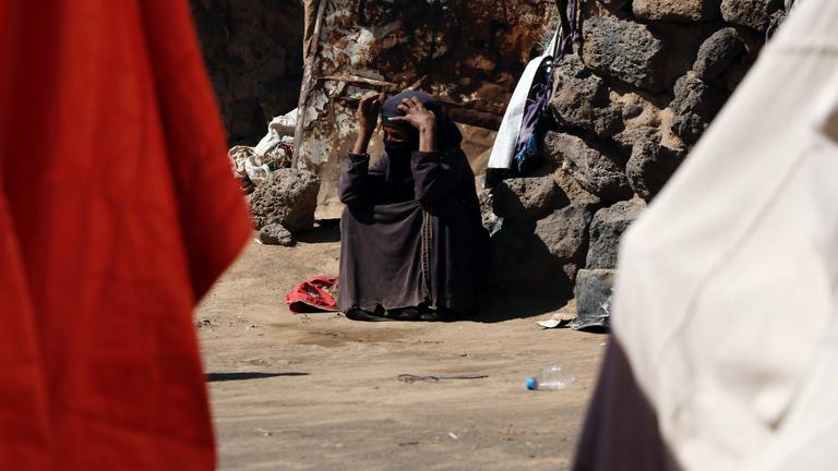 Eine intern vertriebene Frau sitzt im Camp Dharawann in Sanaa/ Jemen, 16. Februar 2021