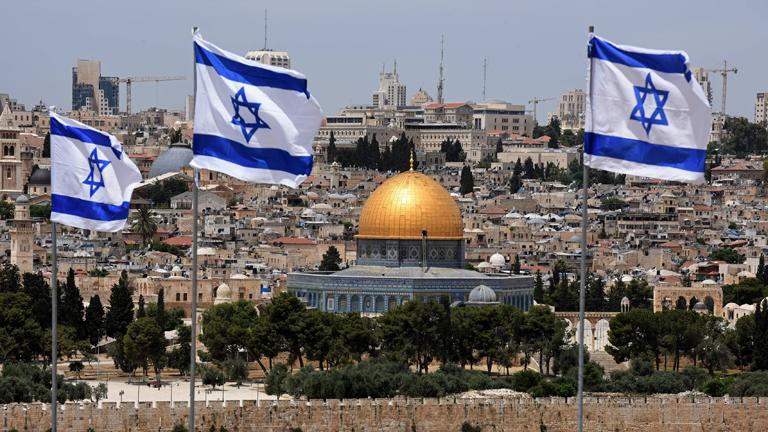 Panorama Altstadt Jerusalems mit Felsendom, israelische Flaggen im Vordergrund