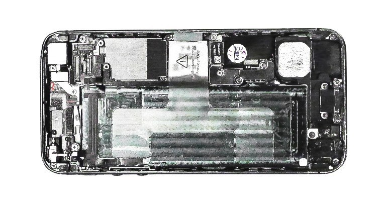 Ein von hinten geöffnetes Smartphone ohne Akku. Technische Teile sind zu sehen.
