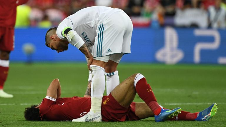 Champions League-Finale am 26. Mai 2018: Sergio Ramos beugt sich nach seinem Foul über Mohamed Salah, der am Boden liegt