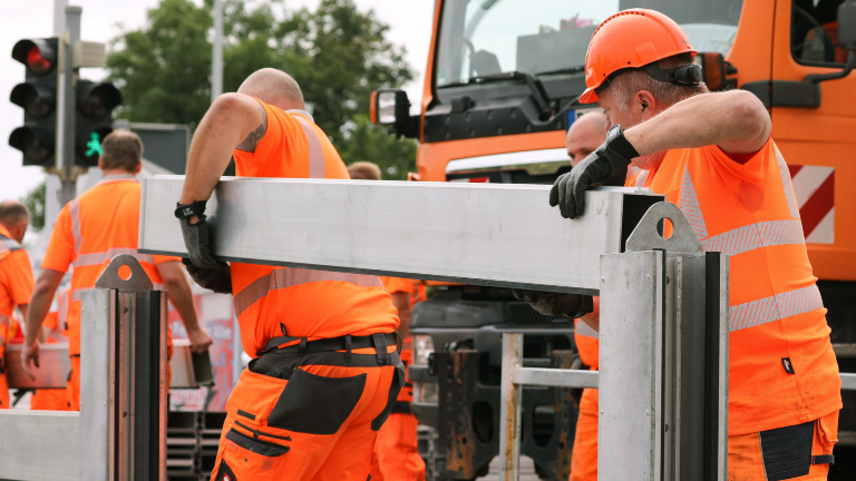 Mitarbeiter der Stadt Dresden bauen eine mobile Hochwasserschutzanlage an der Schlachthofstraße zur Probe auf. Dabei wird die Anlage auf ihre Funktionsfähigkeit geprüft.