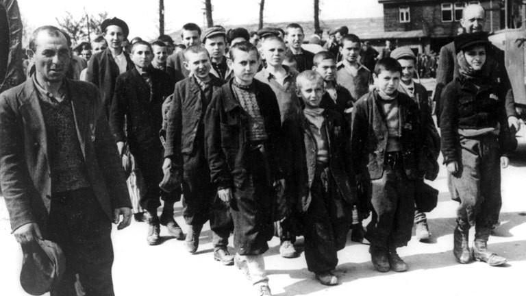 Kinder und Jugendliche nach einer KZ-Befreiung