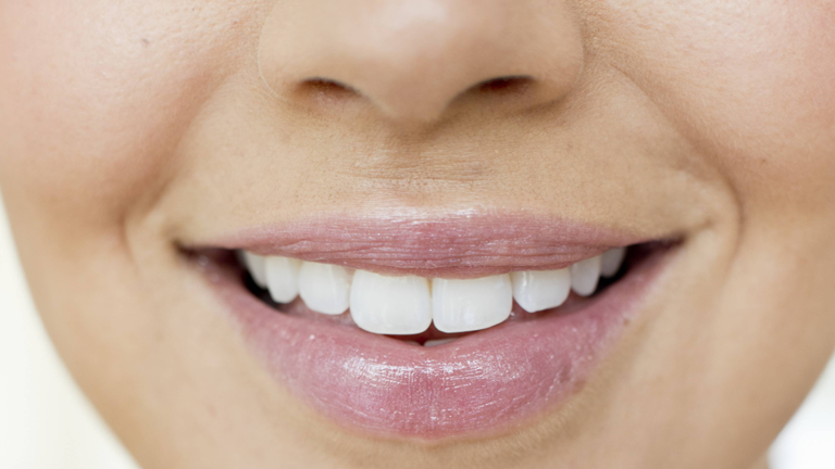 Ein lächelnder Frauenmund