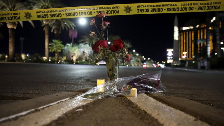 Am Ort des Anschlags in Las Vegas stehen Rosen und Kerzen auf der Straße