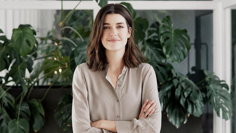 Bloggerin Marie Nasemann steht vor Pflanzen