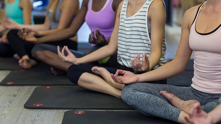 Meditierende Frauen