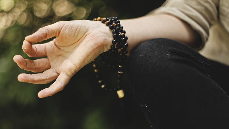 Hand, die meditiert