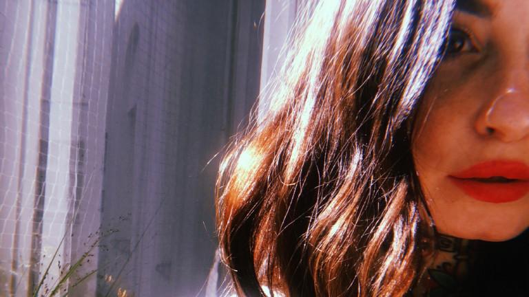 Detail des Gesichts von Gesprächspartnerin Mimi, einer jungen Frau mit braunen Haaren und Nasenpiercing