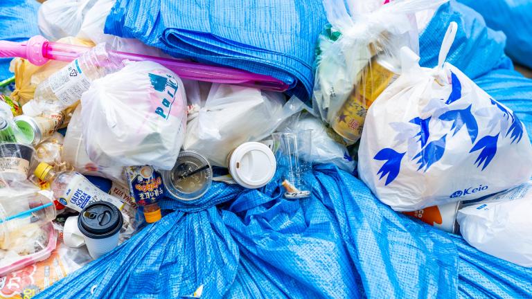 Müllsäcke mit Plastikflaschen, Plastikbechern und Restmüll