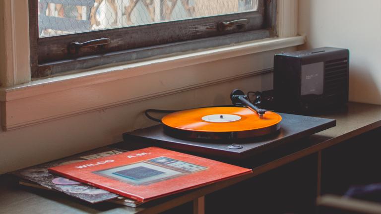 Ein Plattenspieler mit einer orangenen Platte in einem Wohnzimmer
