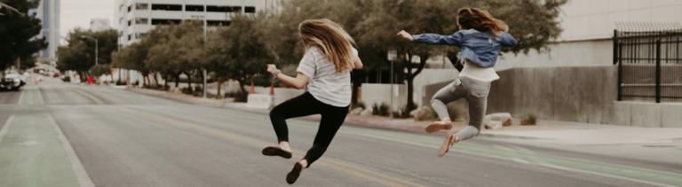Zwei Frauen springen hoch. Symbolfoto Freude, Motivation, Energie