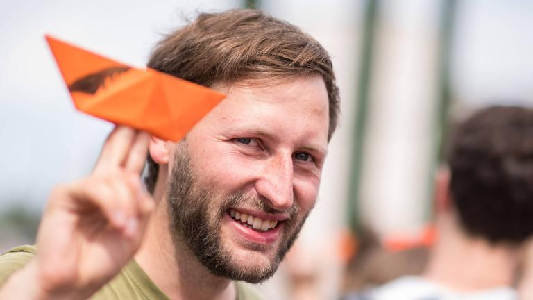 Ruben Neugebauer von Sea-Watch e.V. bei einer Demonstration