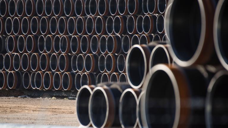 Pipeline-Röhren für den Transport von Erdgas lagern im Seehafen Sassnitz-Mukran