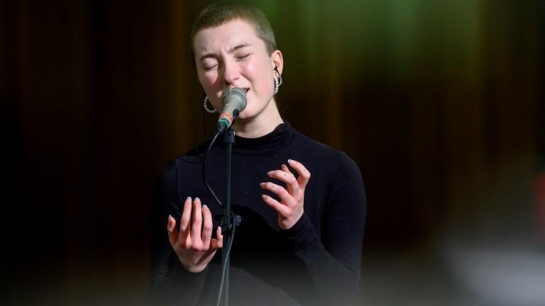 Die Musikerin Novaa bei einem Konzert.