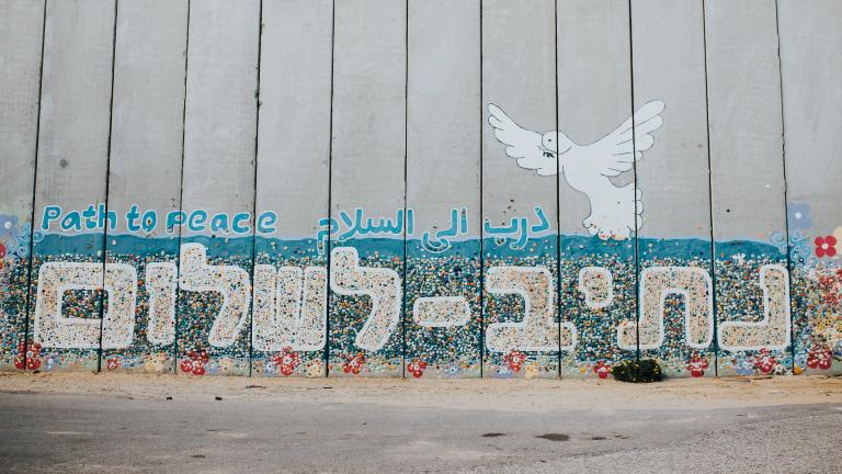 """Mauer am Gazastreifen auf der """"Weg zum Frieden"""" in Englisch, arabisch und hebräisch steht"""