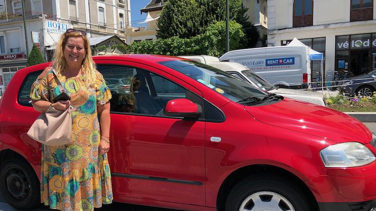 Nathalie vor ihrem Auto, das sie bei OuiCar vermietet.
