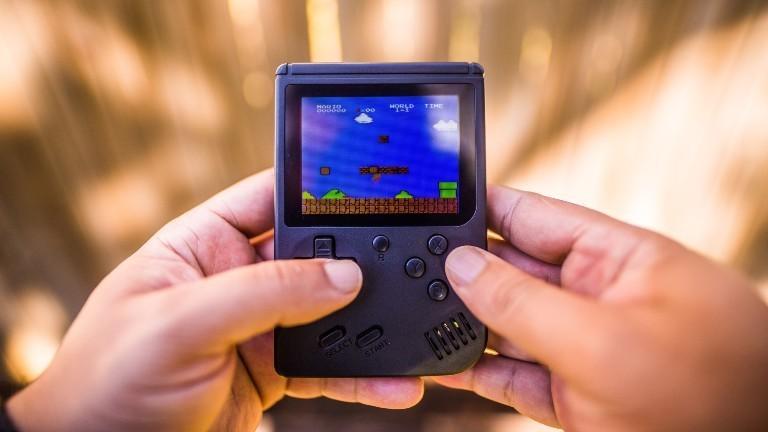 Ein kleiner Gameboy mit Supermarin-Spiel