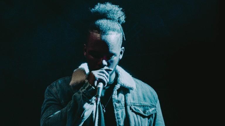 Ein Rapper mit Mikrofon