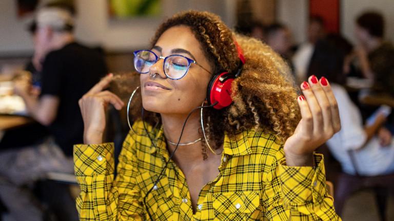 Frau hört Musik und ist glücklich.