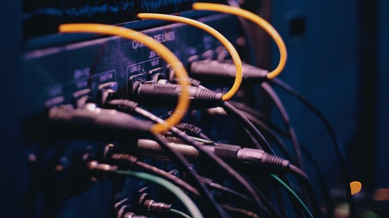 Kabel, die an einem Server hängen