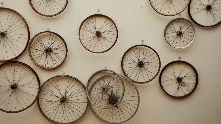 Alte Räder hängen an einer Wand