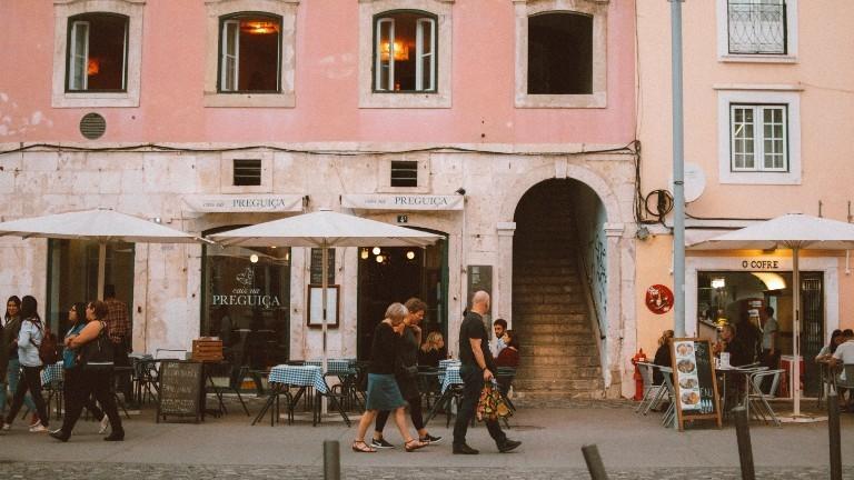 Eine Straße in Lissabon mit Kaffees und Wohnungen