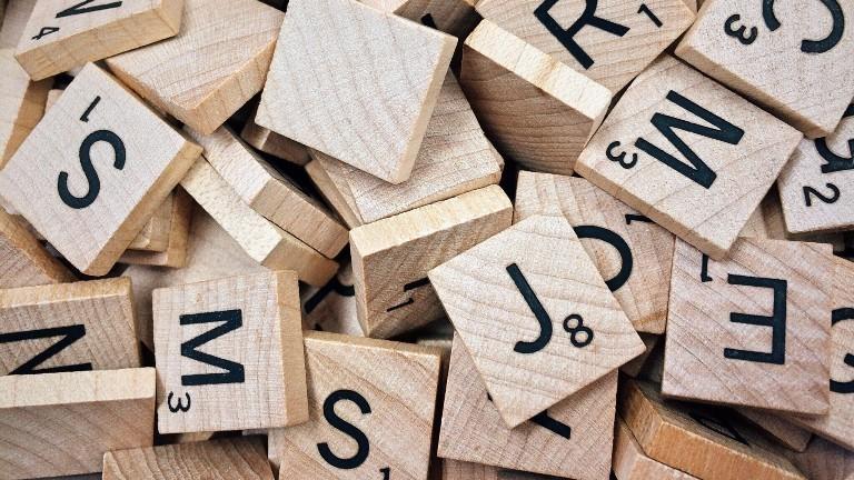 Kleine Holzstücke, auf denen Buchstaben aufgedruckt sind