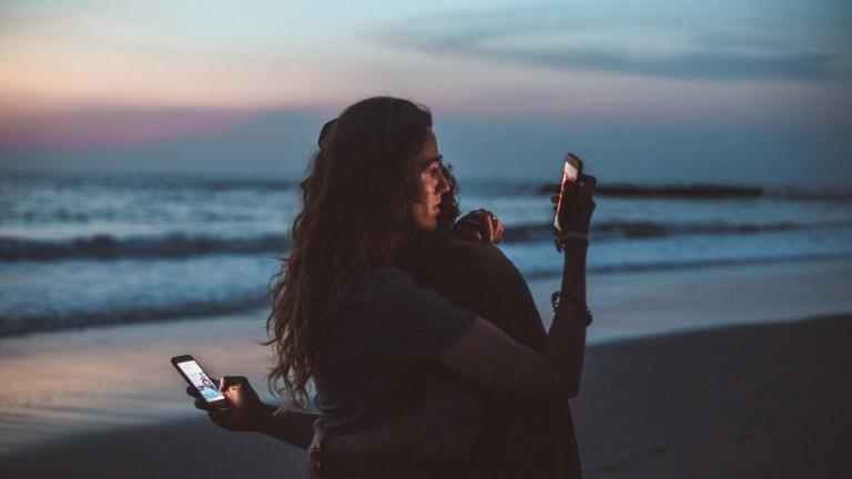 Paar am Strand im Smartphones