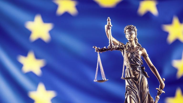 Justitia und die Flagge der Europäischen Union