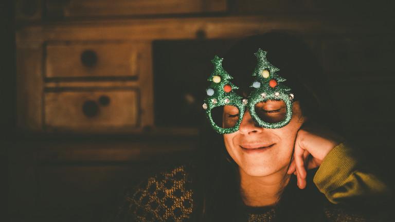 Frau feiert entspannt mit Weihnachtsbrille Weihnachten.