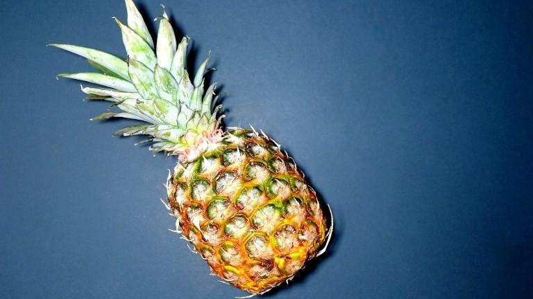 Eine Ananas vor blauem Hintergrund