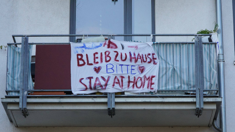 """Balkon mit Poster: """"Bleib zu Hause Bitte"""""""