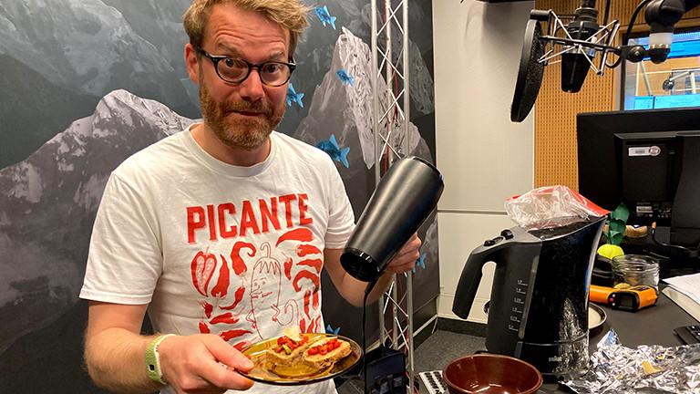 Im Studio zeigt Christian Schmitt, wie man mit einem Föhn einen Toast mit Käse überbacken kann