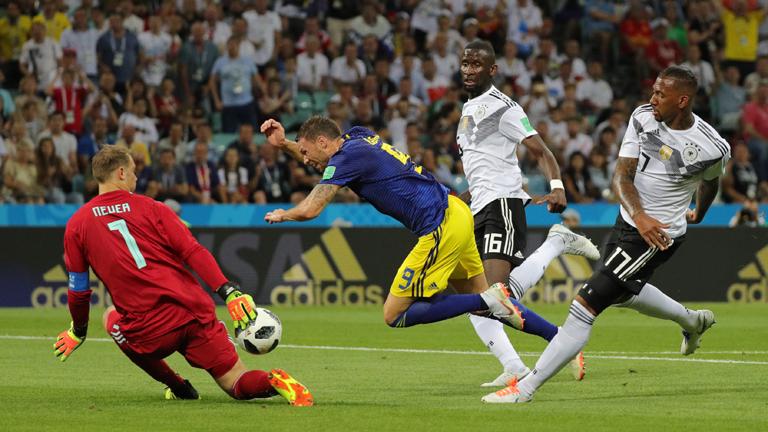 beim Spiel Deutschland gegen Schweden wird Marcus Berg von Jerome Boateng gestoppt.
