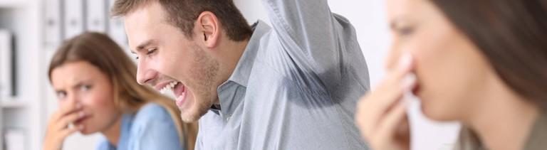 Ein Mann mit Schweißflecken vergrault Kolleginnen