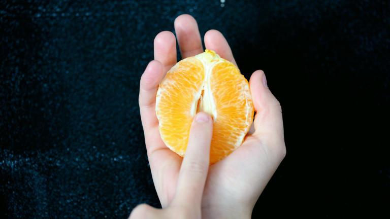 Frau berührt aufgeschnittene Organge in der Mitte mit ihrem Finger; Symbolbild Masturbation, Orgasmus