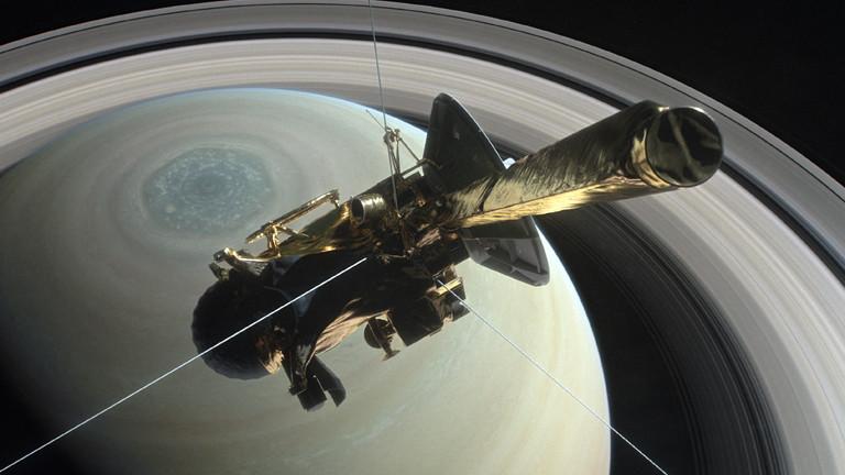 Raumsonde Cassini über dem Saturn