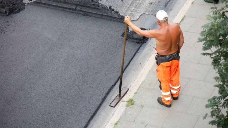Ein Bauarbeiter bei Straßenarbeiten in Hamburg
