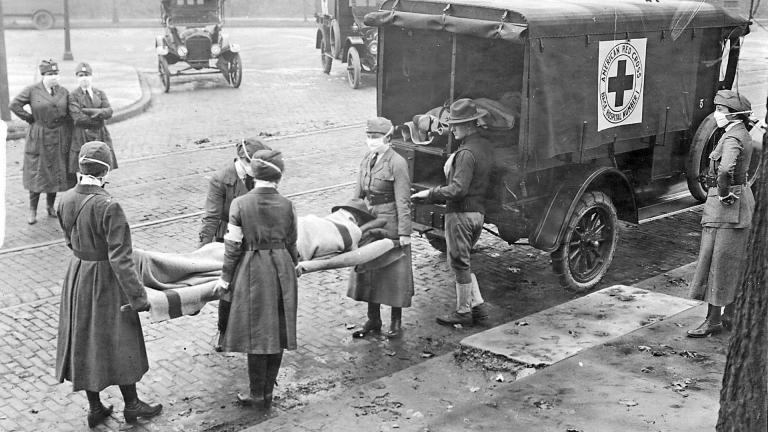 Das amerikanische rote Kreuz transportiert ein Opfer der spanischen Grippe aus seinem Haus, 1918. St. Louis .