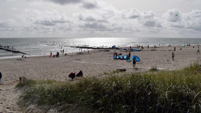 Deutscher Strand mit Urlaubern