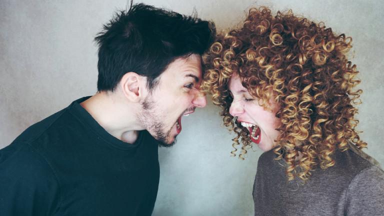 Ein junges, streitendes Paar schreit sich an