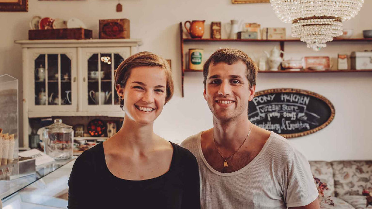 Ein Paar steht im Café