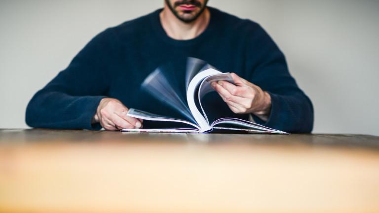 Ein Mann blättert im Buch